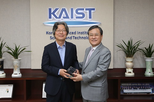 From left: Distinguished Professor Gou Young Koh and KAIST President Sung-Chul Shin