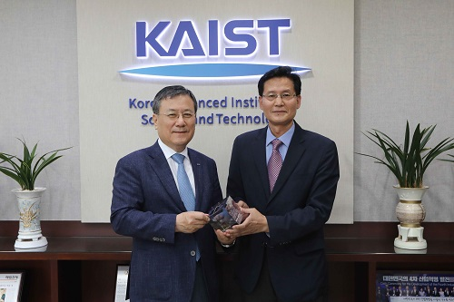 KAIST President Sung-Chul Shin and the CEO of AST Holdings, Haegyoo Seo