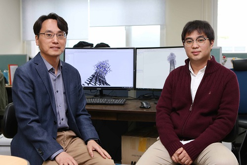 (from left: Professor Yong-Hoon Kim and PhD candidate Juho Lee)