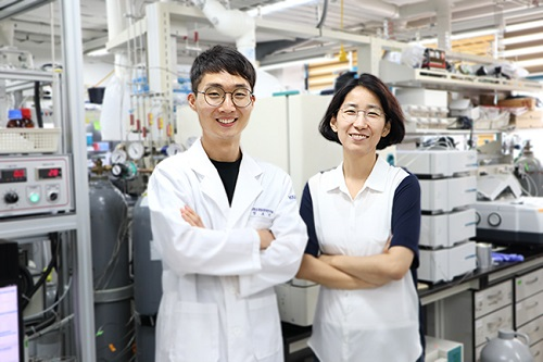 from left: Professor Hynjoo Lee and PhD candidate Hojin Jeong