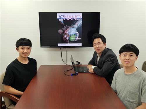 (왼쪽부터) 오진원 석사과정, 스티브박 교수, 양준창 박사과정