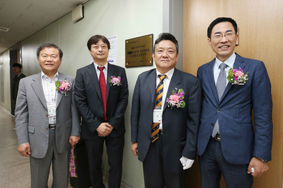 from left: Dean of College of Engineering Jong-Hwan Kim, Director of AI│QC ITRC June-Koo Rhee, Vice President for R&DB Heekyung Park and Director General for Industrial Policy Hong Taek Yong