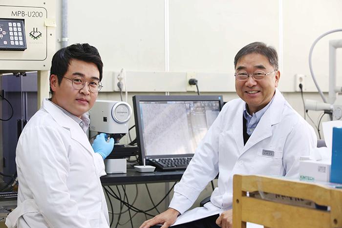 윤달진 박사과정, 백경욱 교수 사진