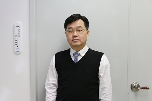 (Professor Jeung Ku Kang from the Graduate School of EEWS)