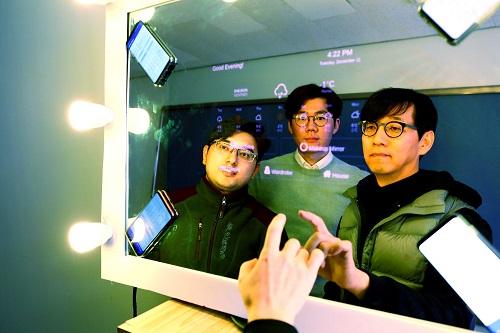 왼쪽부터 아니쉬 뱐잔카 석사과정, 김효수 연구교수, 신인식 교수