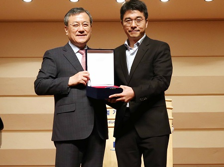 Professor Jeong-Ho Lee (right) poses with President Sung-Chul Shin