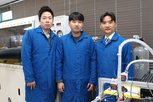 (from left: Professor Steve Park, Jeongjae Ryu and Professor Seungbum Hong)