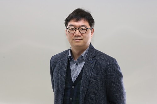 Professor Sung-Yool Choi from the School of Electrical Engineering)