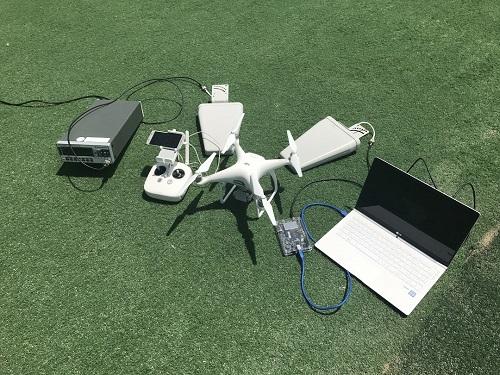 PC로 부터 위조 GPS 전파를 생성하여 지향성 안테나를 이용해 드론에 신호를 주입하는 실험환경