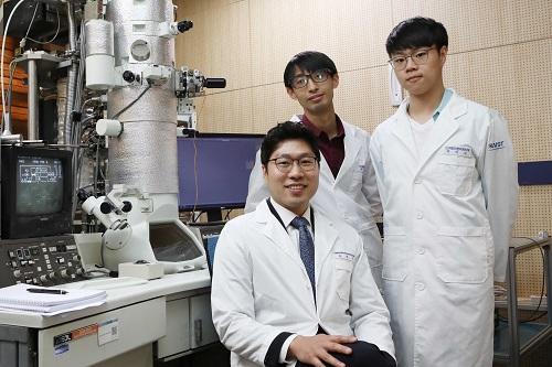 왼쪽부터 육종민 교수, 박재열 박사과정, 박지수 박사과정
