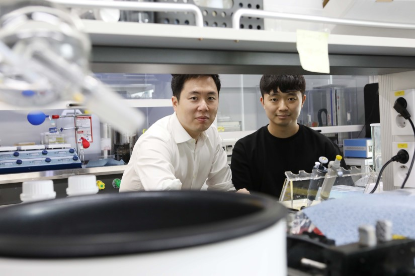 Professor Steve Park (left) and the First Author Mr. Jinwon Oh (right)