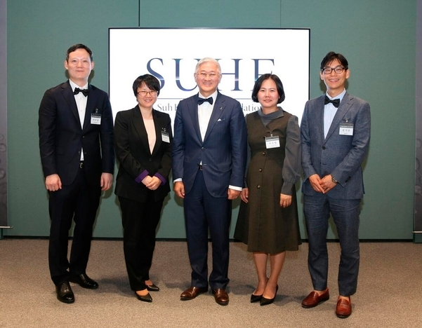Four 2019 SUHF Young Investigators with Chairman and CEO Kyung-Bae Suh (middle) ⓒ Amorepacific Group